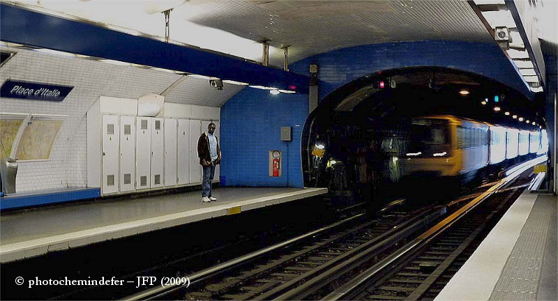 Place d'Italie, sur la ligne 6, le métro rentre sous terre.